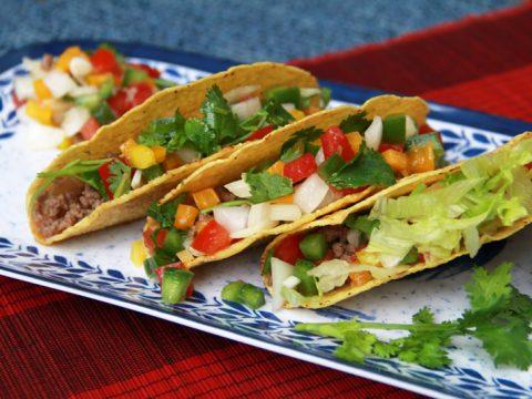 Đổi bữa cho cả nhà với món salad thịt bò kẹp bánh tacos hấp dẫn lạ miệng