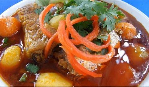 Đổi vị với cách làm cá mòi kho với sườn non và thịt gà ngon đúng vị.